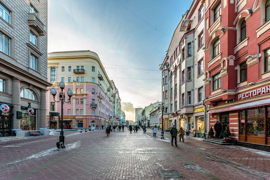 Já para os que preferem programas mais descontraídos, a<strong>Nova Rua Arbat</strong> pode ser uma boa pedida. Uma das mais antigas avenidas que sobreviveram às mudanças de Moscou, a via apresenta sua originalidade por concentrar diversos cafés,street arte ainda concentrar diversos artistas em cada esquina.