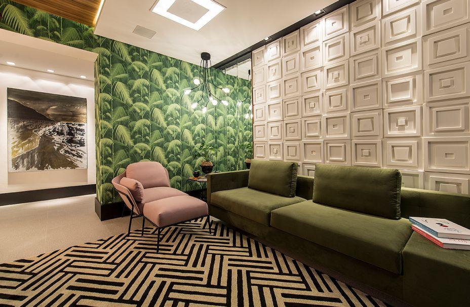 O que norteou a profissional Juliana Marodin na Sala Happy End foi um estilo de vida mais saudável. Os geometrismos e texturas do tapete e da parede são um contraponto à organicidade dos demais materiais aplicados.