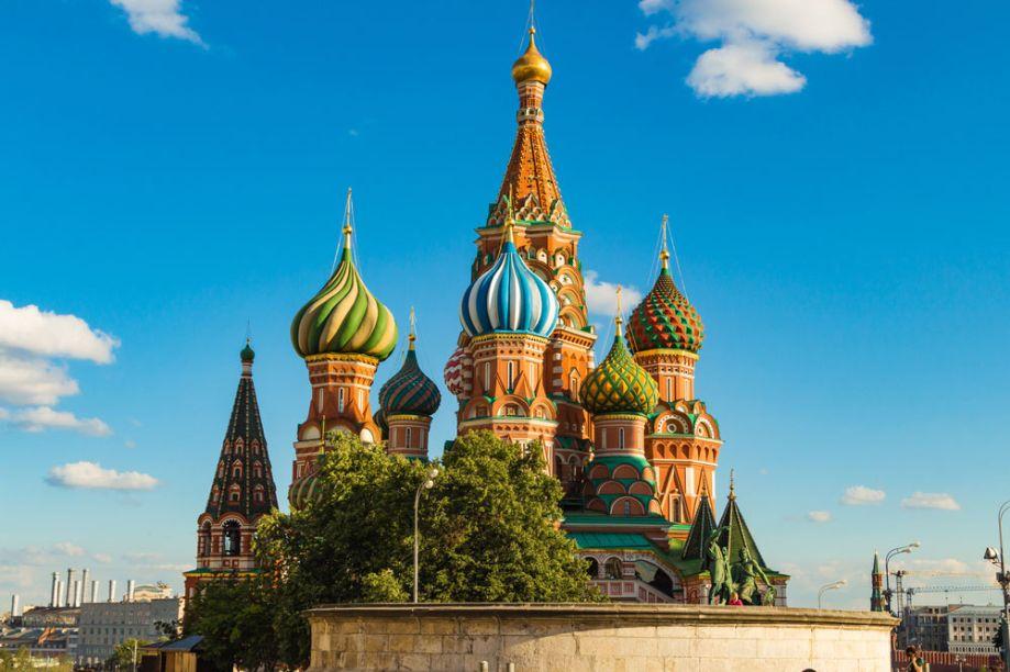 Caso seja sua primeira visita a Moscou, o famoso<strong>Kremlin</strong>, principal ponto turístico da região é parada obrigatória. Fortaleza com design luxuoso e encantador, possui diversos monumentos históricos para apreciação - entre eles oSino do Tsar oCanhão do Tsar – além do lindo jardim logo na entrada: o<strong>Alexander Garden</strong>.