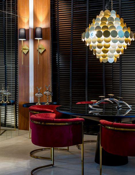 Círculos de cores diferentes cobrem a luminária cheia de estilo da <strong>Penthouse</strong>. As sombras dão textura à luz, que emanam e criam um efeito interessante para abrilhantar a mesa.