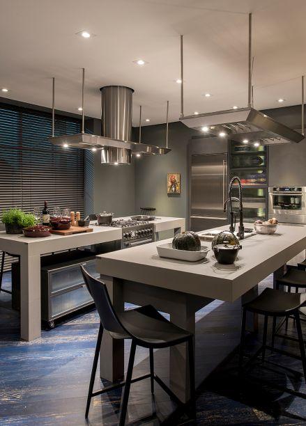 Loft Casa Verde - Tufi Mousse. O espaço apresenta uma cozinha tecnológica, além de sala para jantar, estar e suíte. A cozinha se define pelo uso de pedras sintéticas, traçado retilíneo e funcional, além de vidros e metais que exalam contemporaneidade.