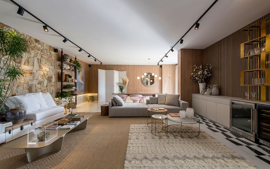 No Living e Jantar, de Fernando Luiz Dal Bosco, os padrões são discretos em uma combinação elegante: linhas da madeira ripada na parede, no trançado do tecido ou do grafismo preto no canto do piso.