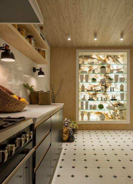 As profissionais Linda Martins e Cris Araújo apostaram no minimalismo para a Cozinha Dinamarquesa. Os pequenos quadrados no piso são um toque de delicadeza simples, sem excessos, porém elegante.