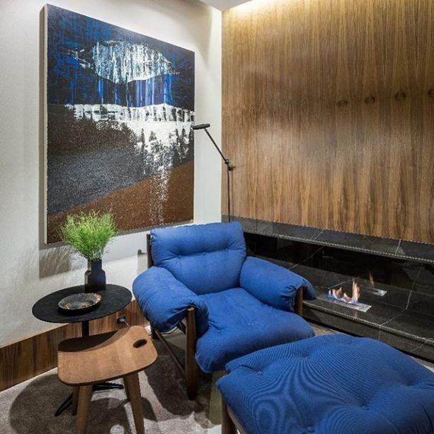 Michele Krauspenhar escolheu uma versão azul marinho da icônica Poltrona Mole, de Sergio Rodrigues, que imediatamente chama a atenção dos visitantes.