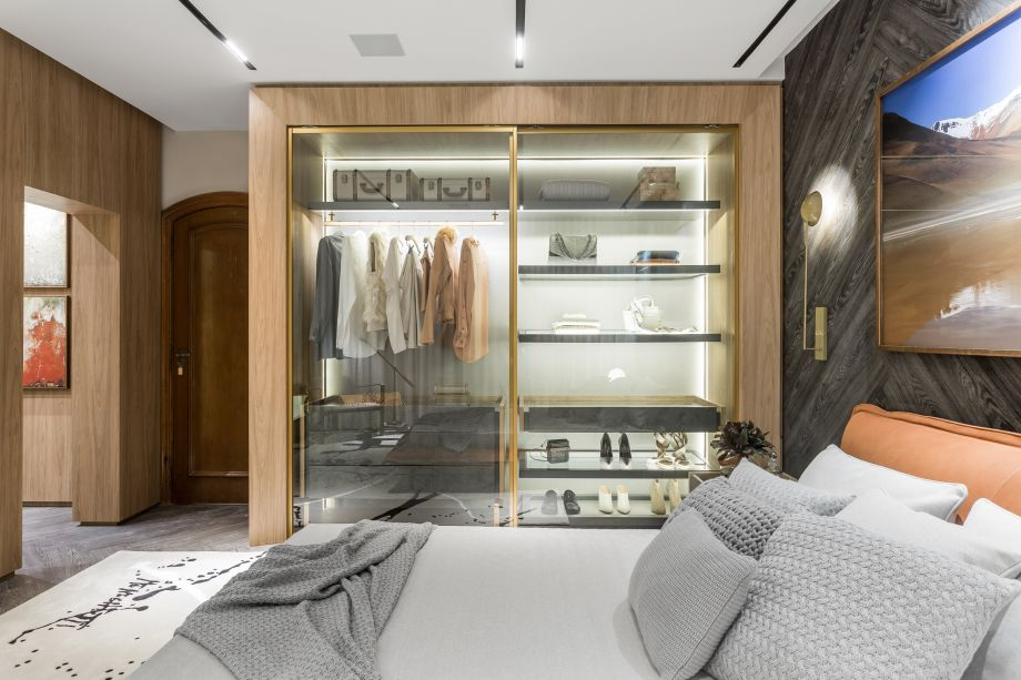 Suíte de Hóspedes - Alessandra Gandolfi. O dourado foi uma solução para valorizar ainda mais os inúmeros vidros, ressaltando a transparência.