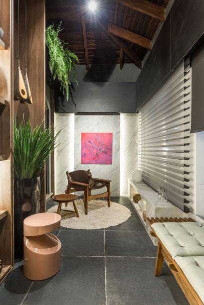 Na Varanda Social, assinada por Alessandro Cavalcanti e Ricardo Makhoul, as peças de design se espalham pelo espaço. Em um dos eixos, uma cadeira assinada pelos Irmãos Campana e, no outro, uma do mestre Sergio Rodrigues.