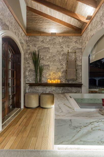 Mármore e madeira são os materiais de escolha de André Panatto e Symon Hilgemberg na Varanda do Casal. O objetivo é criar uma atmosfera pacífica e essencial, propícia para o relaxamento.