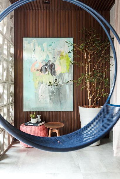Na Balcony, a profissional Carla Grüdtner optou por mobiliário leve e lúdico que condiz com a atmosfera da varanda. Um dos destaques é o balanço de pêndulo, assinado por Rui Ohtake.