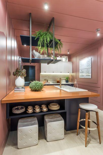 <span>Cozinha - Flávia Bonet. A arquiteta buscou inspiração na união da família e em referências de moda. O terracota, o azul jeans, o branco, o rosa antigo transitam das passarelas para a arquitetura.</span>