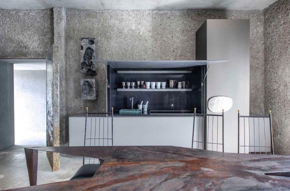 """<span>Casa Neshamah - Gustavo Neves. """"Neshamah"""" é a palavra hebraica para """"Sopro da Vida"""". E a casa funciona aqui como um organismo vivo, com um esqueleto em estuque artesanal. A iluminação ressalta as nuances do material e cria uma atmosfera introspectiva nestes 200 m².</span>"""
