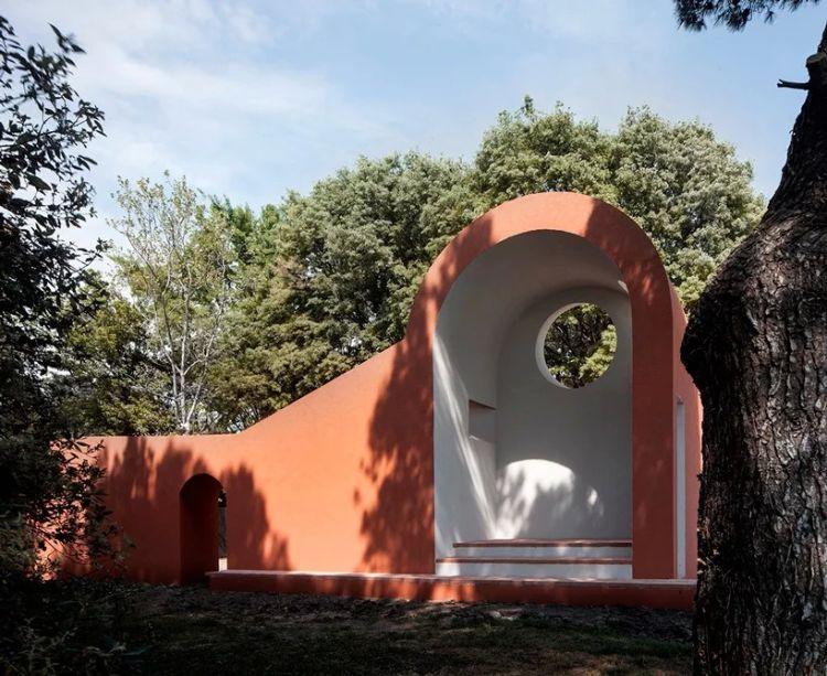 A capela de Ricardo Flores e Eva Prats apresenta-se a partir de uma parede paralela ao caminho. Nesta parte, uma porta vira-se para o bosque, abandonando o destino conhecido oferecido pelos caminhos lineares em direção ao desconhecido.