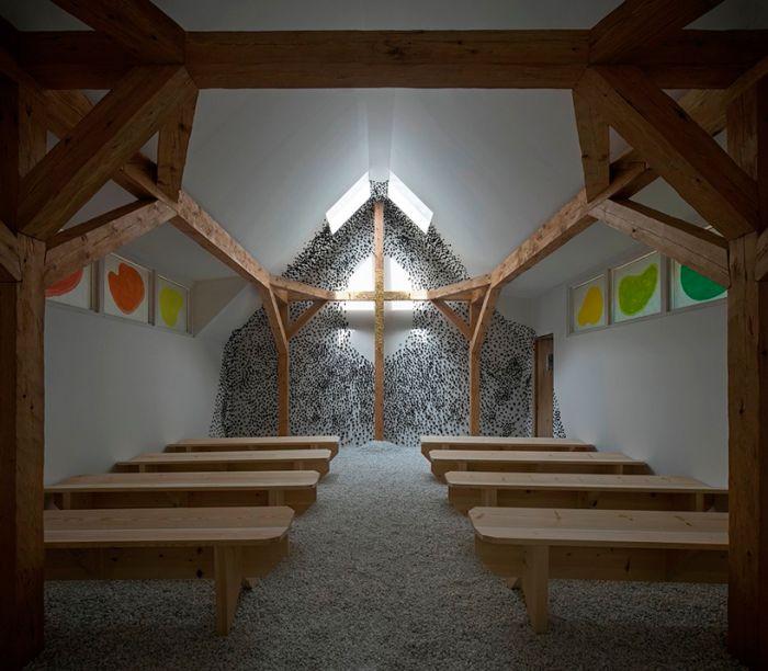 A capela transversal de Terunobu Fujimori apresenta uma parede externa preta, que sugere um lugar de oração silenciosa. A parede interna é coberta com gesso e embutida com pedaços de carvão, mas ao redor da cruz ela permanece branca, enfatizando a parte dourada.