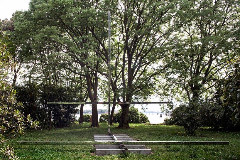 A capela da brasileira Carla Juaçaba é feita de quatro vigas de aço, com 8 metros de comprimento. Duas compõem os bancos e as outras duas, a cruz. Repousando sobre sete peças de concreto, as vigas de aço inoxidável refletem o entorno, fazendo a capela quase desaparecer no bosque.