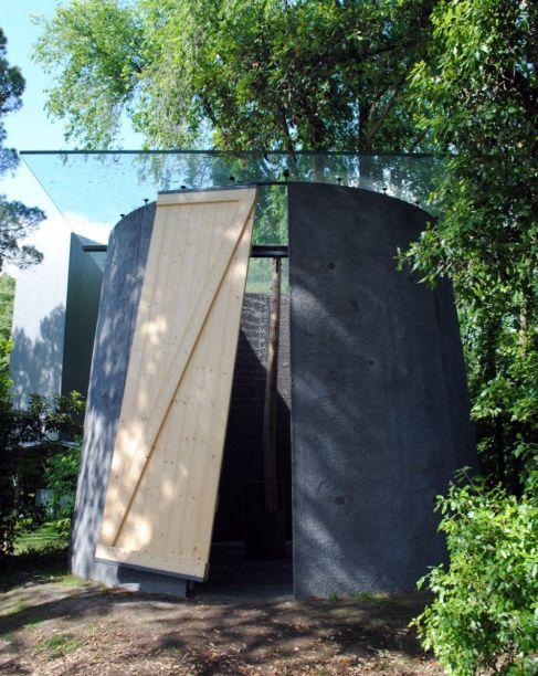 Smiljan Radic projetou uma capela cônica com paredes finas e um teto aberto, reunindo o monumental ao aconchego. A construção foi inspirada nos santuários à beira da estrada.
