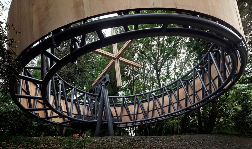 Javier Corvalán projetou a capela como uma secção transversal de um cilindro colocado em equilíbrio num ponto de apoio. Toda a estrutura é feita de aço, enquanto o cilindro não toca o solo – se a terra for sacudida ou se o vento soprar, a construção se move.