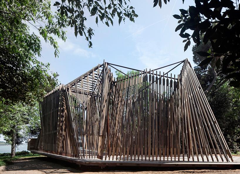 Norman Foster criou um pequeno santuário com foco na paisagem natural. O deque de madeira e três cruzes se transformaram em uma estrutura íntegra e imponente.