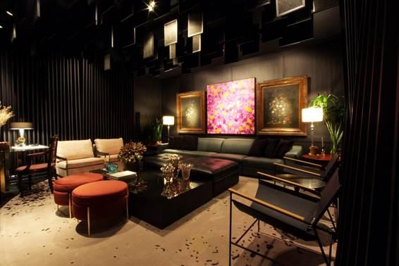 Home Theater - Marcelo Lopes. Os painéis de madeira no ambiente ajudam a bloquear 100% da iluminação externa. A projeto luminotécnico favorece o clima intimista, perfeito para exibição de um filme.