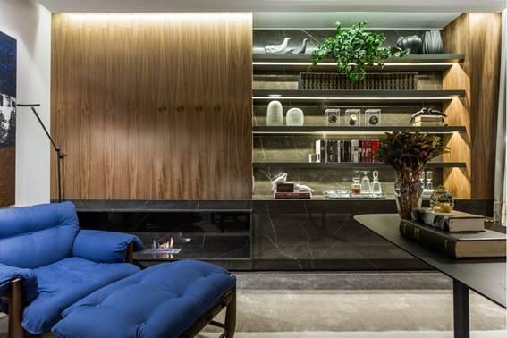 No Home Office, a arquiteta Michele Krauspenhar optou por uma lareira discreta e delicada aquecendo quem se senta na poltrona Mole do designer Sergio Rodrigues, imediatamente ao lado.