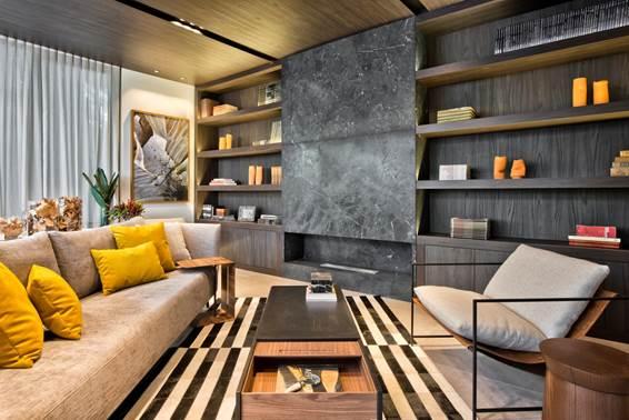 A designer Katleen Luizaga sabe que é preciso estar confortável para uma boa leitura. Assim, a Livraria conta com tapetes e uma grande lareira para receber os leitores.