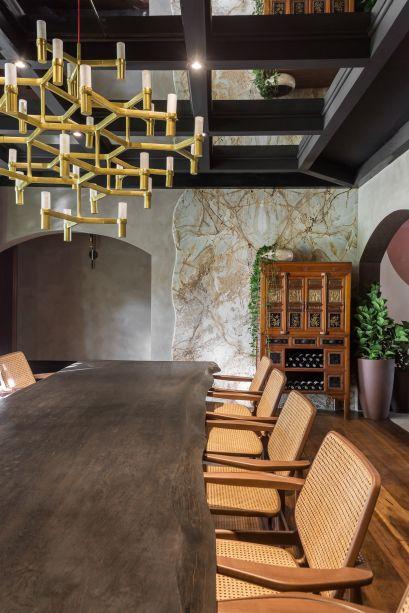 Na Sala de Jantar, assinada por Janaina Macedo, o mármore se une ao granito, ao couro e a uma exuberante mesa de madeira para criar uma atmosfera elegante e natural.