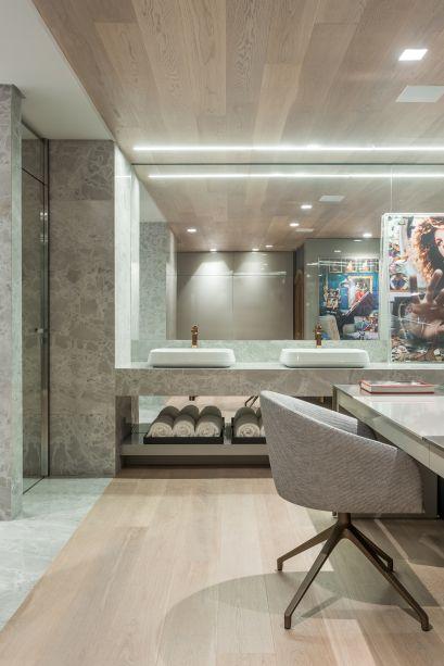 Jayme Bernardo, Glei Tomazi e Diogo Oliveira escolheram mármore para dar suntuosidade à sala de banho da Suíte do Casal.