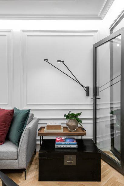 <span>Lounge Imobiliária A. Gonçalvez - Larissa Gomes. A ambientação é similar a dos apartamentos de Lisboa, com base clássica, móveis contemporâneos e poucos elementos. O espaço ganha cor com as almofadas e a poltrona verde.</span>
