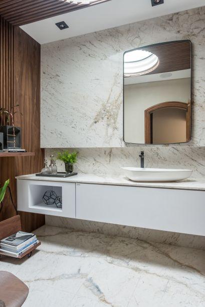Madeira e mármore trazem elegância e amplitude para Hall e Toilette Social, assinado pelos profissionais Maria Alice Crippa e Gustavo Assis. Ali, os materiais naturais vêm associados com a praticidade e funcionalidade.