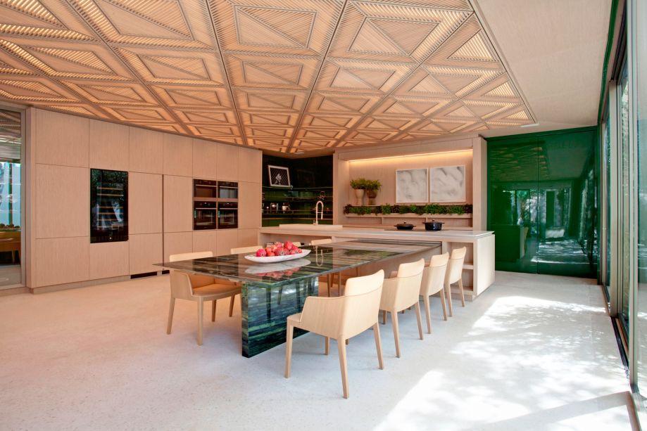 <span>Roberto Migotto - Le Riad Bontempo. Riad é um tipo de construção do Marrocos, voltada a um pátio com jardim interno. Nesta releitura contemporânea, a casa de 400 m² se abre para o jardim de 200 m². Os móveis fixos enaltecem as linhas retas e a praticidade. O grande painel de madeira entalhada é assinado com o sócio Ricardo Minelli.</span>