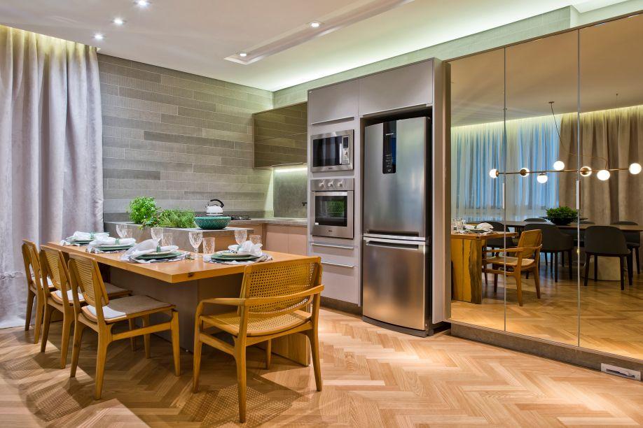 A profissional Mariana Paula Souza recobriu os armários da Modern House com espalhos para apresentá-los ao público de forma elegante e discreta. O revestimento dessas grandes superfícies cria uma sensação de amplitude.
