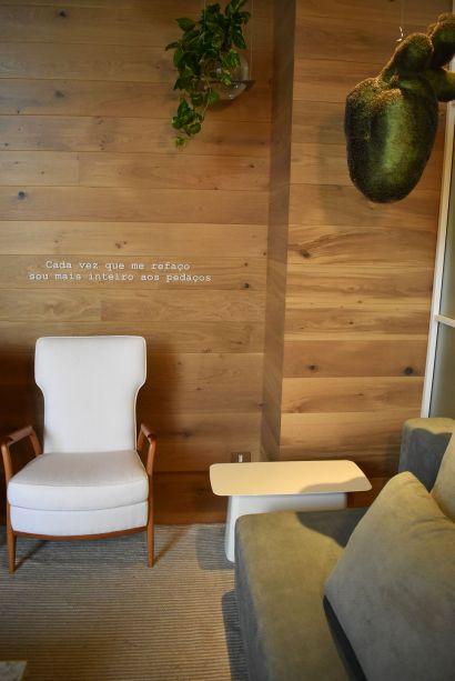 Nildo José – Loft NINHO. Delicado e cheio de personalidade, o Loft possui inúmeras referências ao coração e ao amor, sendo que o projeto foi concebido como um refúgio. A frase escrita na parede inspira o significado e a simbologia da arquitetura e do mobiliário.