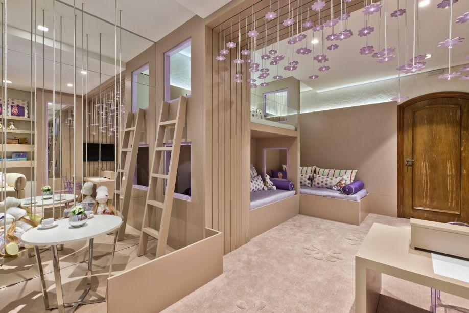 As profissionais Mariana Stockler e Carolina Posanske colocaram um espelho na Quarto das Gêmeas para reforçar a atmosfera leve e lúdica do quarto, criando um belo efeito com as flores no teto.