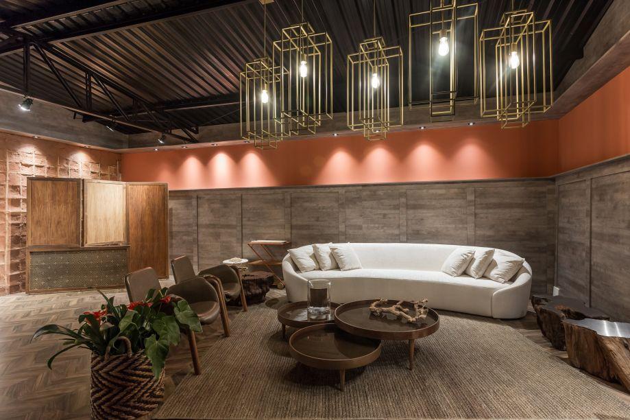 Lounge Brasilidade - Vania Toledo Martins. No lounge, a cultura brasileira é o foco, porém a profissional acrescentou alguns móveis em estilo art déco como contraste. Destaque para as luminárias geométricas douradas.
