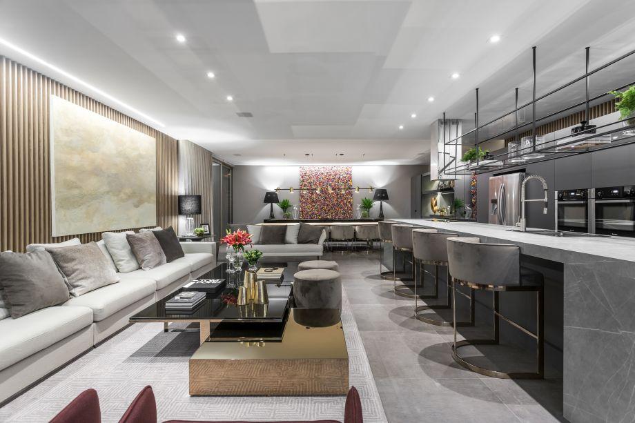 No Lounge 25 Anos, criado pela arquiteta Viviane Loyola, o mármore acinzentado traz a sofisticação clássica com ares contemporâneos, buscada pela profissional.