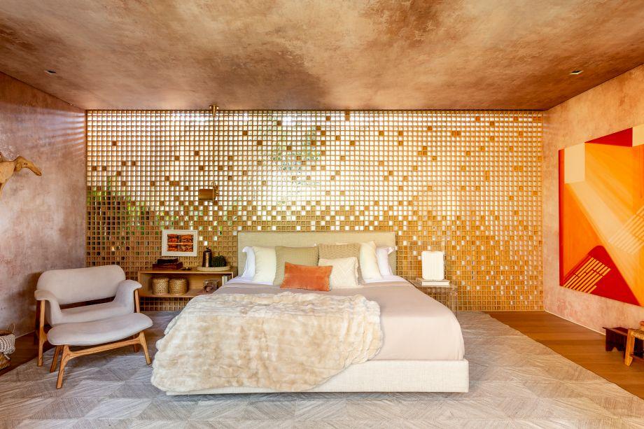 CASACOR São Paulo 2018. Casa da Árvore Renault - Suite Arquitetos. No quarto, o destaque é para o painel de marcenaria em muxarabi, que causa a impressão de dissolução à medida que pequenos quadradinhos vazados revelam a paisagem do jardim por trás do espaço.