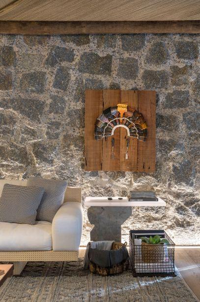 """<span style=""""font-weight:400;"""">O time do Triplex Arquitetura, na Casa Raízes, expôs outra peça indígena em um lugar de destaque, ornando muito bem com a proposta do ambiente de manter o hóspede em contato com a natureza.</span>"""