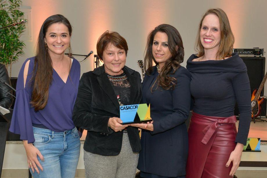 <strong>Ambiente de Melhor Uso Público</strong>: The PUB do Jazz ao Rock por Tatyana Muller, Mariana Marchiori e Juliane Gasparin, que recebem prêmio da jurada Denize Xavier.