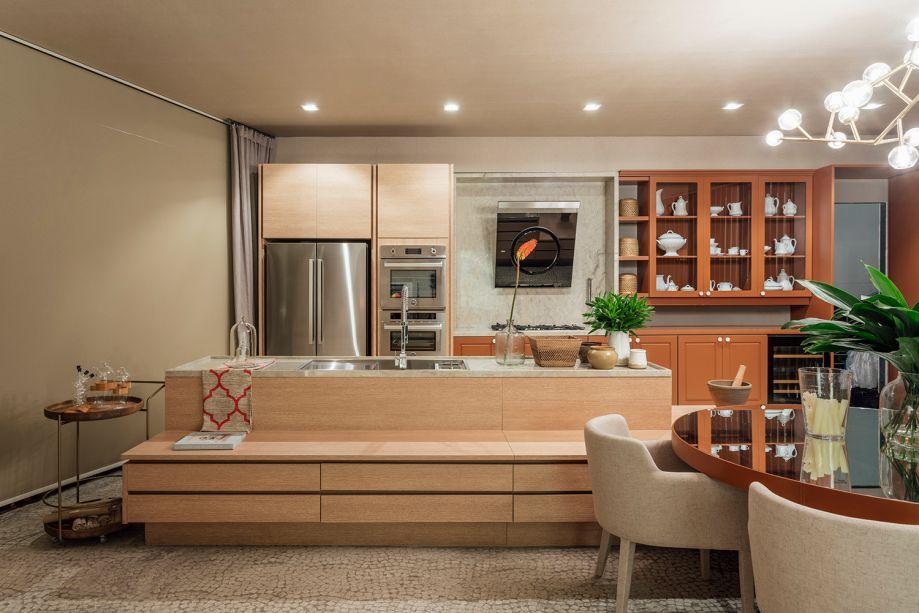 Aconchego da Serra - Michel Keller. A convivência da família é o ponto de partida do living integrado à cozinha, que pode ser aproveitado de várias formas. Cores intensas aquecem a marcenaria, e o espaço também ganha a textura do painéis em couro.