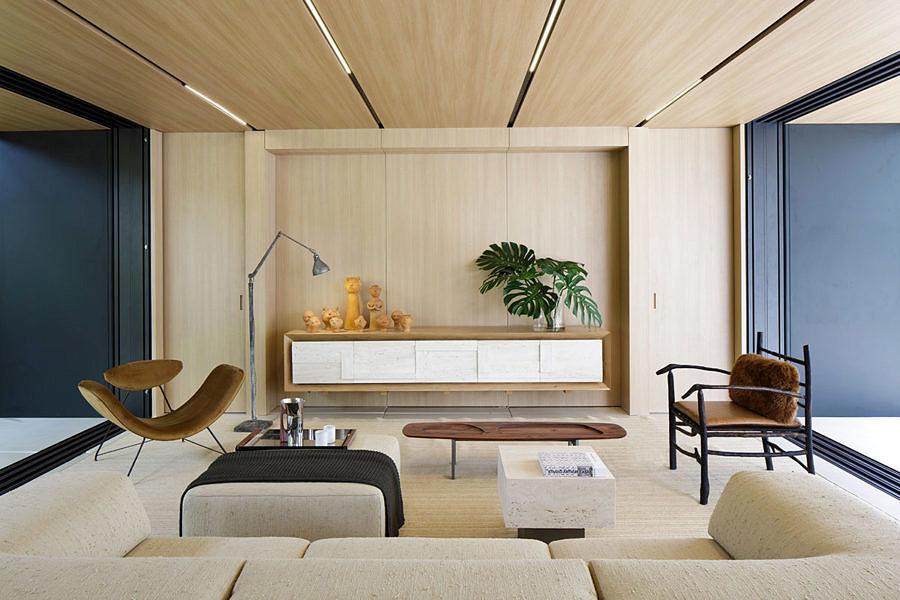 Na <strong>SysHaus</strong>, de Arthur Casas, os móveis foram projetados em módulos, ou seja, assim como a estrutura da casa, podem ser montados em outra localidade. Outras peças de mobiliário, utilitários, acabamentos e até mesmo acessórios, como jóias, foram desenhados por Arthur em parceria com grandes empresas e indústrias nacionais.
