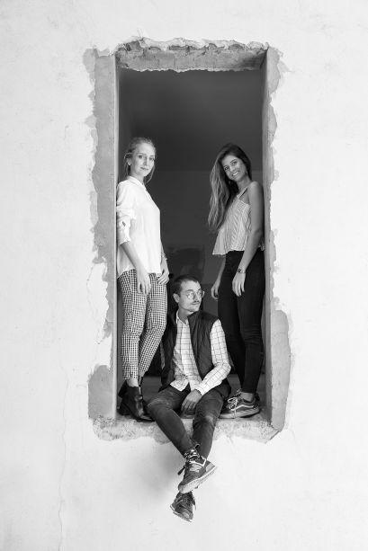 <strong>ULTRA/Núcleo (Arthur Lauxen, Bruna Feltes e Beatriz Matte)</strong> – O trio foi o grande vencedor da primeira edição da maratona criativa Archathon no Rio Grande do Sul. Eles apresentam o <strong>Espaço Núcleo</strong>, com uma proposta que surgiu a partir do <em>brainstorm</em> sobre a temática A Casa Viva. Concebido através de curvas, que abraçam e conduzem os visitantes, o partido fluido e, ao mesmo tempo, centralizador integra-se harmoniosamente ao ambiente.