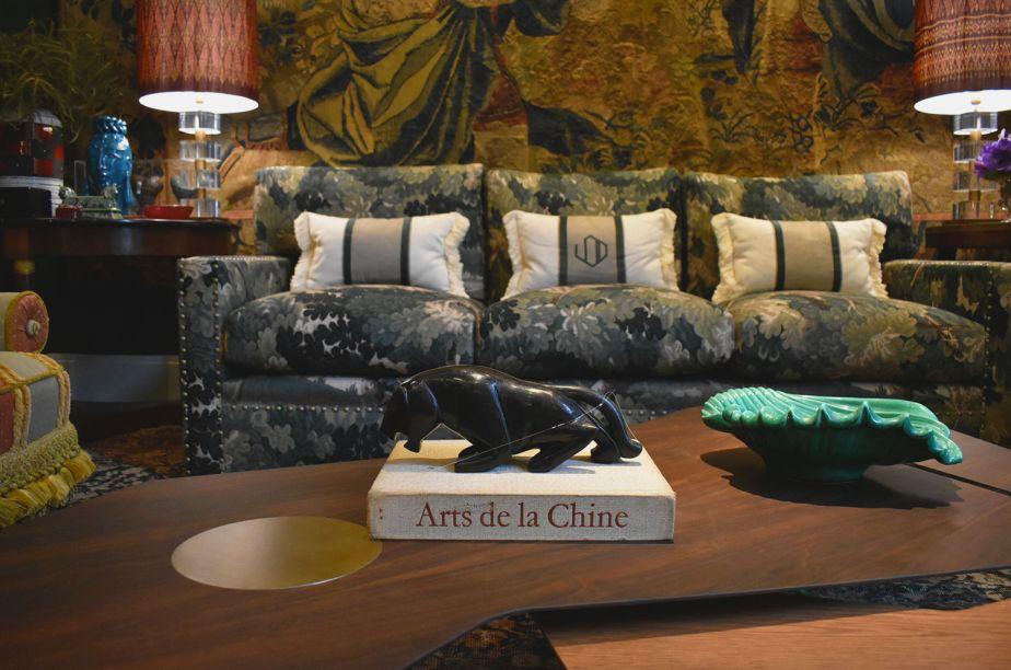 """<span style=""""font-weight:400;"""">Já no Cabinet Extraordinaire, Luiz Otávio Debeus investe na mistura de estilos em seu ambiente e não se esquece de dar um toque de brasilidade na escolha de sua peça para a mesa de centro: a pantera negra.</span>"""