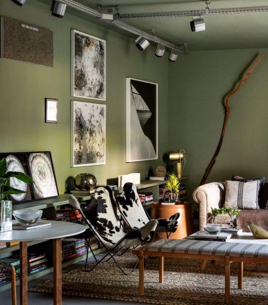 Estúdio 4 - CASACOR São Paulo 2018. Este ambiente foi pensado para um jovem que adora livros e receber os amigos. Muita arte, cores sóbrias e um mobiliário contemporâneo foram escolhidos para uma composição única e cheia de personalidade.