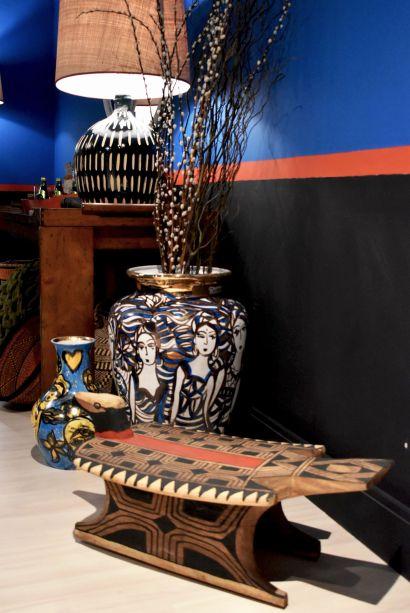 """<span style=""""font-weight:400;"""">No outro canto do Lavabo dos Encontros, Jean de Just deixa um banco, feito artesanalmente e com detalhes indígenas.</span>"""