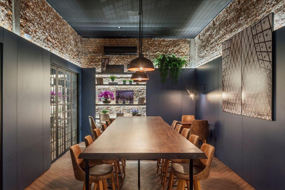 La Maison du Burger - Manuela Beheregaray. O projeto opta pelo estilo rústico e contemporâneo. Os materiais são utilizados na forma mais natural possível, incluindo o aproveitamento de revestimentos originais, como tijolos maciços e o forro em lambri. A marcenaria em chapas de MDF na cor azul envolve o espaço e confere funcionalidade.