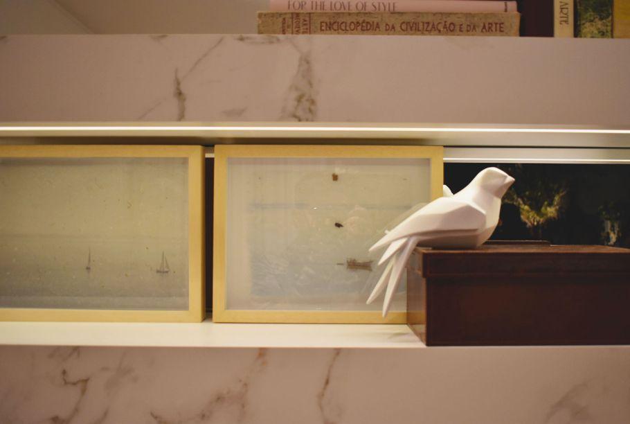"""<span style=""""font-weight:400;"""">Tão delicado quanto o ambiente é este passarinho branco, peça escolhida por Lídia Maciel para compor seu espaço na mostra, a Casa Linea. </span>"""