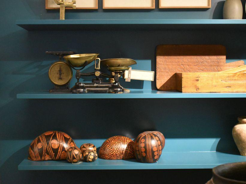 """<span style=""""font-weight:400;"""">Cuias com desenhos indígenas também ganham espaço nas estantes do Loft Caleidoscoop Coral, de Maicon Antoniolli.</span>"""