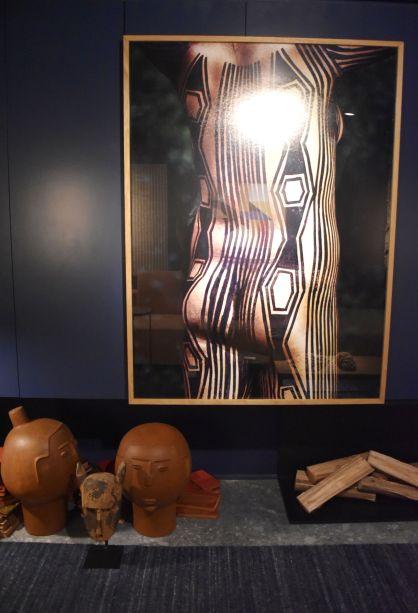 """<span style=""""font-weight:400;"""">Maicon Antoniolli, no Loft Caleidoscoop Coral, deixa um belo espaço para peças e, principalmente, para uma fotografia de um corpo coberto por pintura indígena.</span>"""