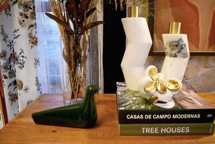 """<span style=""""font-weight:400;"""">Na Cabana, Thiago Manarelli e Paula Guimarães investiram numa peça de uma ave verde escuro para ganhar destaque no ambiente, com tons suaves e cheio de luz natural.</span>"""
