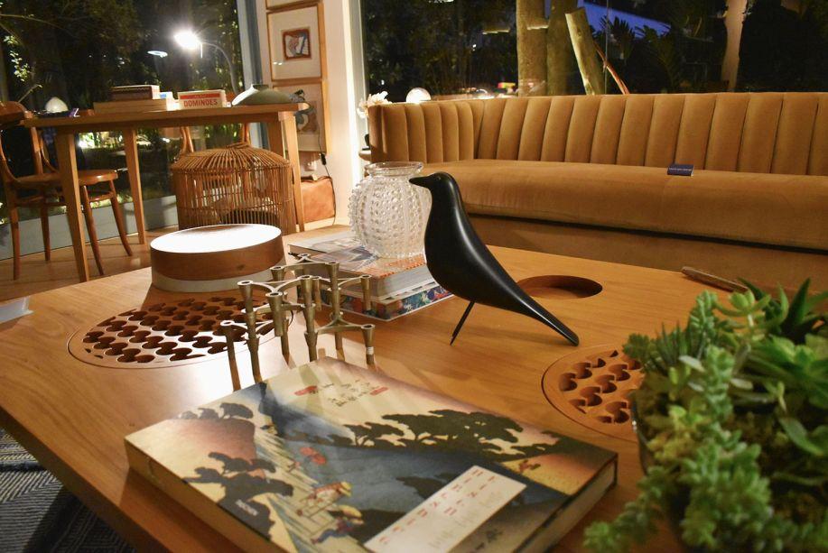 """<span style=""""font-weight:400;""""> O Refúgio Urbano, de Marina Linhares, rodeado de verde e de luz natural, é o espaço perfeito para abrigar este pássaro preto, que pousou na mesa de centro da sala.</span>"""