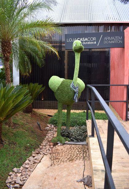 """<span style=""""font-weight:400;""""> Na Loja CASACOR, os visitantes são recebidos por um avestruz feito de folha, em tamanho real.</span>"""