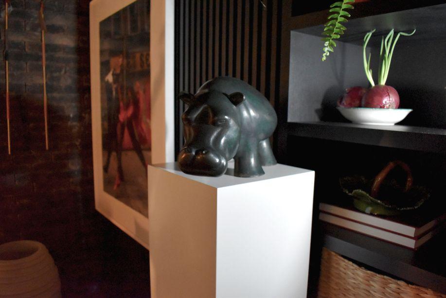 """<span style=""""font-weight:400;"""">Cheio de vasinhos pela cozinha gourmet do Lounge Sensações, Gustavo Paschoalim também traz vida ao ambiente ao escolher um hipopótamo preto.</span>"""